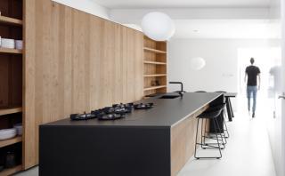 Te decimos cómo combinar el negro y la madera en casa