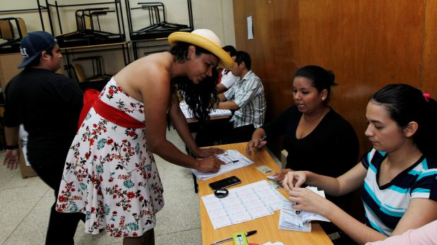Diane Rodríguez, miembro de la comunidad transgénero, vota este domingo. (Foto: Reuters)