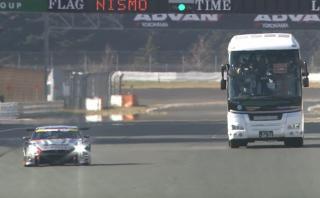 ¿Te imaginas ver una carrera desde un autobús? Pasó en Japón