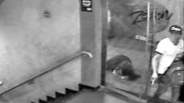 Las imágenes muestran el momento en que el asesino entra a la discoteca Zeven, en el Multicenter de Independencia. (América TV)