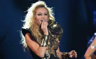 Paulina Rubio sufre terrible caída en pleno concierto [VIDEO]