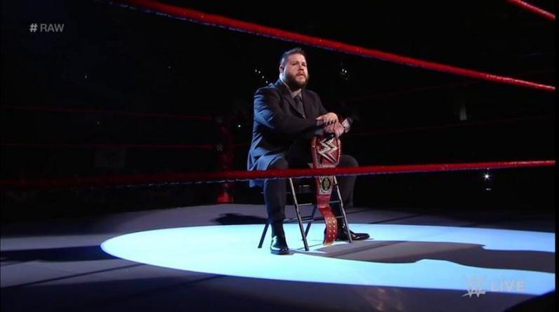 En el inicio de Raw, Kevin Owens apareció sentado y en terno para arremeter contra Goldberg y amenazarlo, previo a Fastlane. (Foto: WWE)