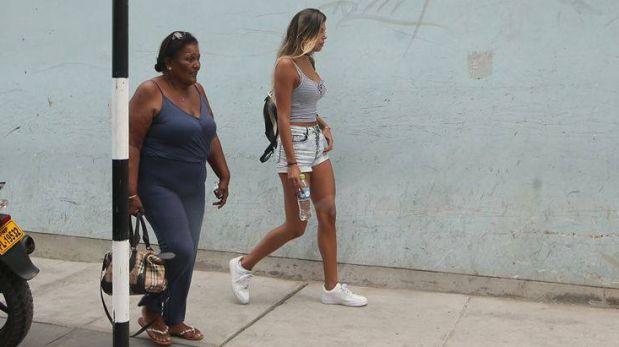 La foto que muestra a Doña Peta y Alondra caminando juntas en San Isidro. (Foto: Rolly Reyna/El Comercio)