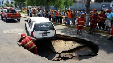 Trujillo: pista se abre y casi se 'traga' una camioneta