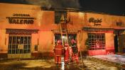 Incendio afectó alrededores del Centro Comercial El Hueco