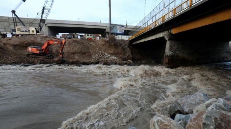 El aumento del caudal del río Rímac  agrietó uno de los muros de contención debajo del puente Dueñas (Foto: MML/Víctor Gonzales)