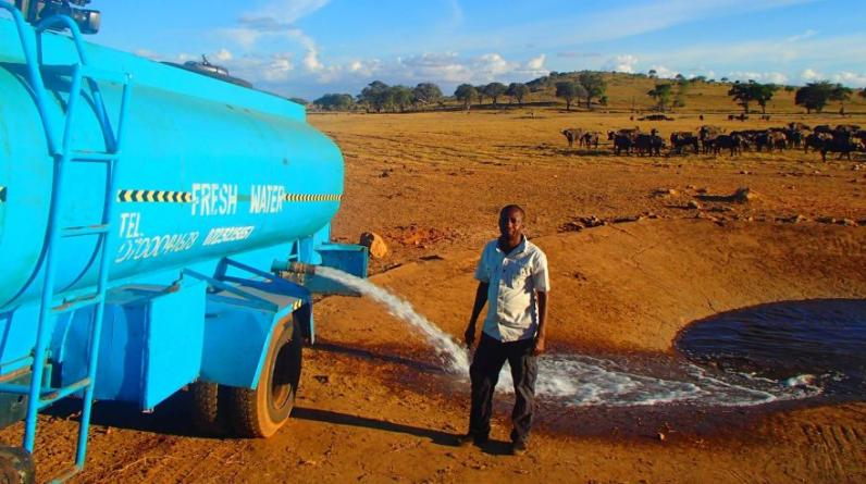 Los animales salvajes del Parque Nacional Tsavo esperan a Patrick Kilonzo Mwalua para que les lleve agua. (Foto: Facebook)