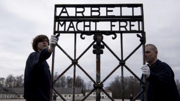 Devuelven reja robada de campo nazi luego de dos años [FOTOS]