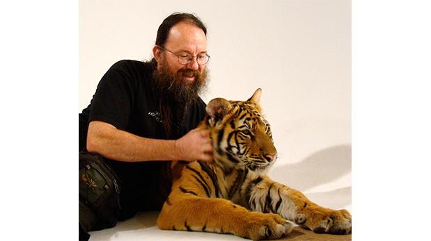 Gabelli en uno de sus tantos rodajes con felinos.
