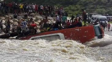 Piura: pasajeros se salvaron así tras vuelco de bus en quebrada