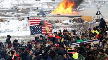 La lucha por detener el oleoducto en Dakota terminó con fuego