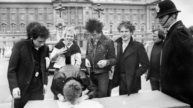 Los Sex Pistols en marzo de 1977, firmando un nuevo contrato frente al palacio de Buckingham. (Foto: AP)