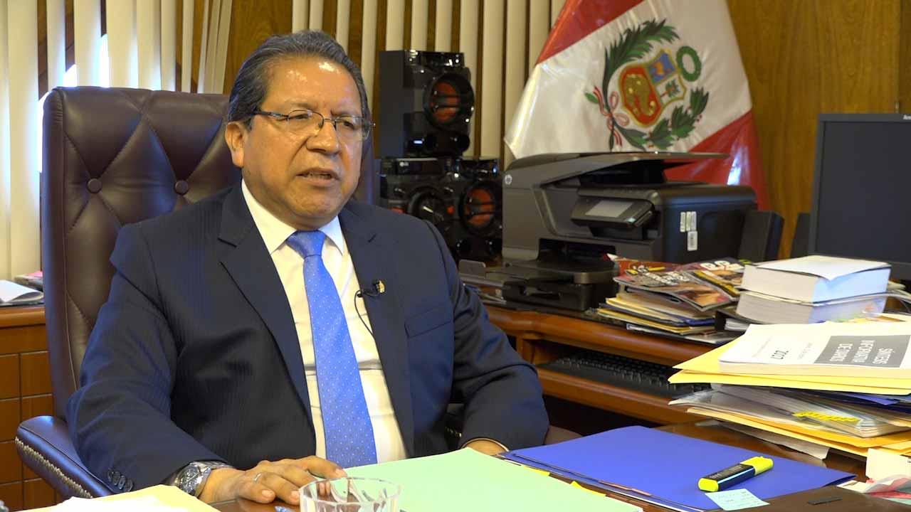 En su despacho de la Avenida Abancay, Pablo Sánchez se carga de energía para los trances que se nos vienen. (Video: Aarón Ormeño / El Comercio)