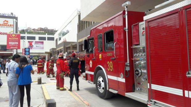 Por motivos de seguridad se tuvo que evacuar el centro comercial (Foto: Miguel Neyra)