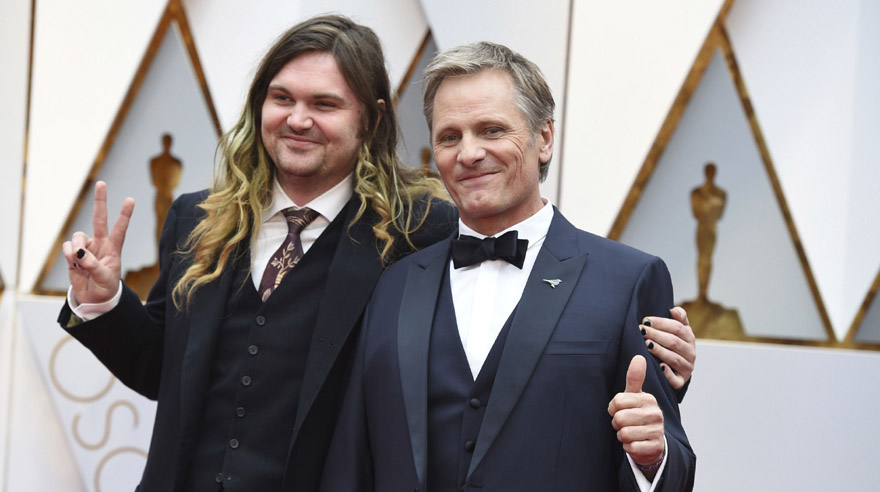 Henry Mortensen y su padre, Viggo Mortensen, en los Oscar 2017. (Foto: AFP)