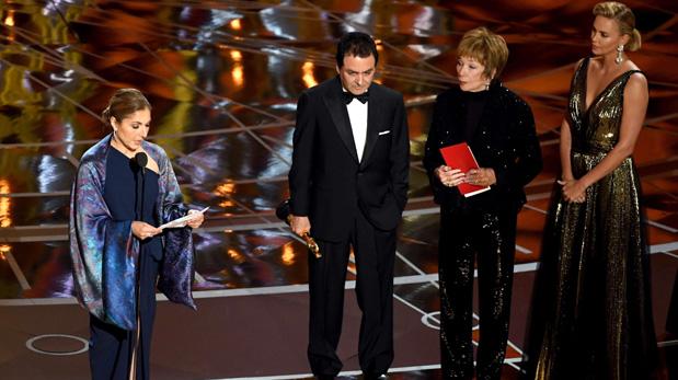 La ingeniera y astronauta Anousheh Ansari acepta el Oscar a la Mejor película en lengua extranjera por