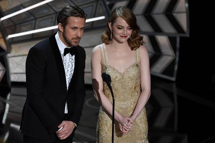Ryan Gosling y Emma Stone presentaron a John Legend en la ceremonia. (Foto: AFP)