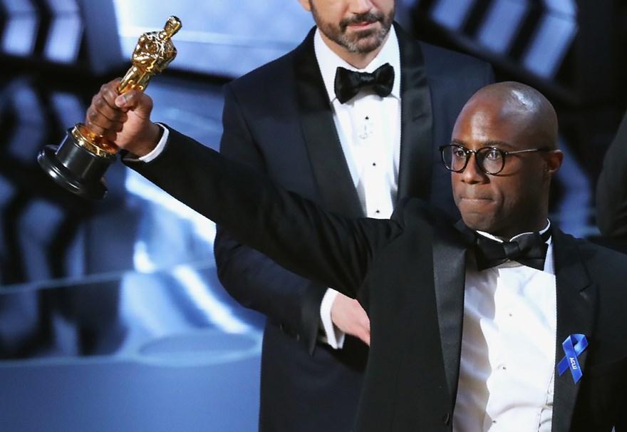 Oscar 2017. Barry Jenkins, al momento de recibir la estatuilla de Mejor película por