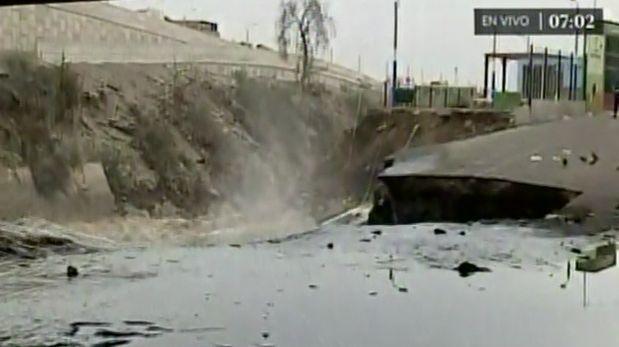 La crecida del río Rímac fue causada por la caída de al menos tres huaicos por fuertes lluvias durante la madrugada. Construcciones en San Martín de Porres fueron afectadas. (América Noticias)