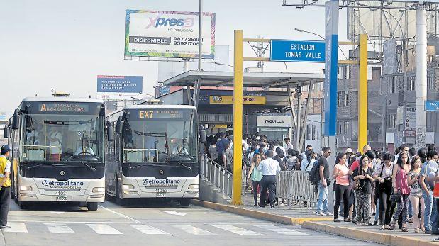 Pese a los cambios en el Metropolitano, los usuarios todavía deben esperar varios minutos para abordar un bus. (Hugo Pérez / El Comercio)