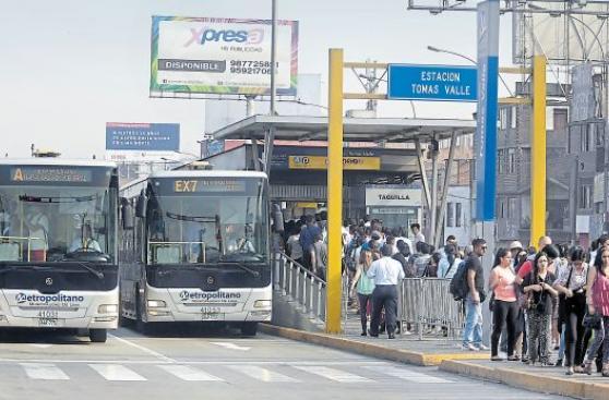 Metropolitano: estaciones siguen saturadas pese a nuevas rutas