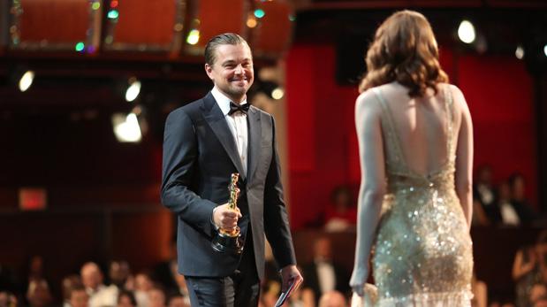 Leonardo DiCaprio entregándole el Oscar a Emma Stone por