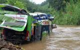 Junín: 26 heridos tras caída de bus a río