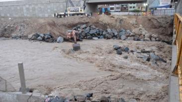 Continúa enrocado debajo de puente Dueñas tras colapso de vía
