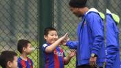Ronaldinho cautivó a niños en China y así lo saludaron (VIDEO)