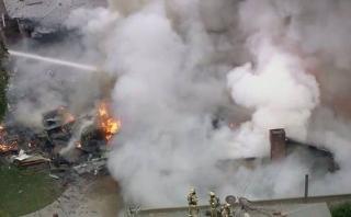 California: Avión se estrella contra casas y deja 4 muertos