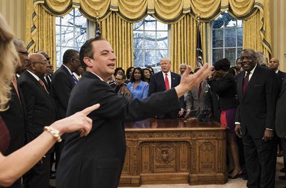 Trump: Asesora desata polémica por sentarse así en salón Oval