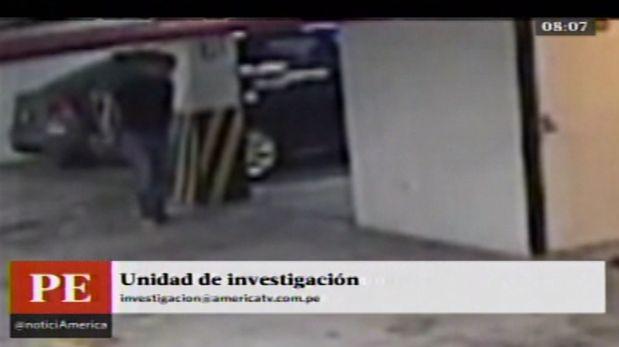Christopher Franz Bettocchi fue grabado borrando lo que sería un rastro de sangre en su casa en Miraflores. (América TV)