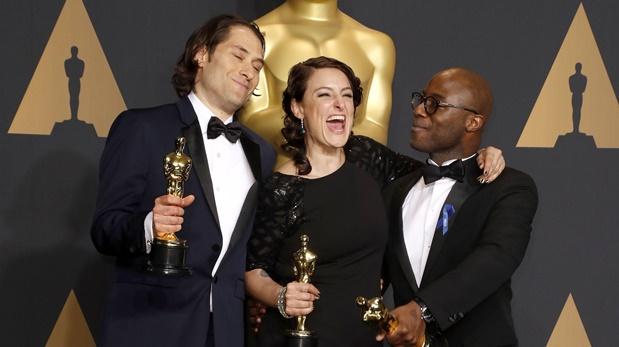 Jeremy Kleiner, Adele Romanski, y el director Barry Jenkins, sostienen el Oscar luego de ganar como mejor filme de 2017. (Foto: AP)