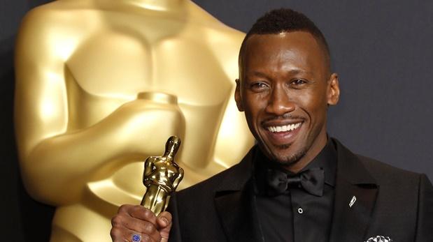Mahershala Al, sostiene su Oscar luego de ganar como mejor actor de reparto por