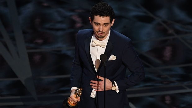 Damien Chazelle, en el momento en que agradece a la Academia por el Oscar a Mejor director. (Foto: AFP)