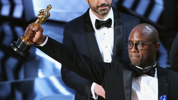 Barry Jenkins levanta el Oscar ganado por