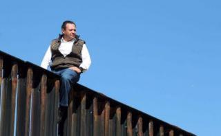 Diputado escala el muro para mostrarle a Trump que es absurdo