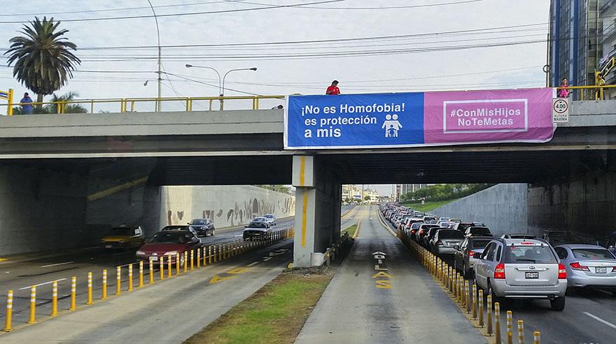 Lucen pancartas de #ConMisHijosNoTeMetas antes de la marcha