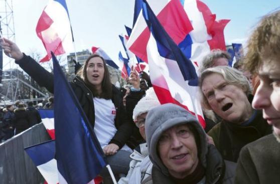 Fillon reúne a seguidores para salvar candidatura presidencial