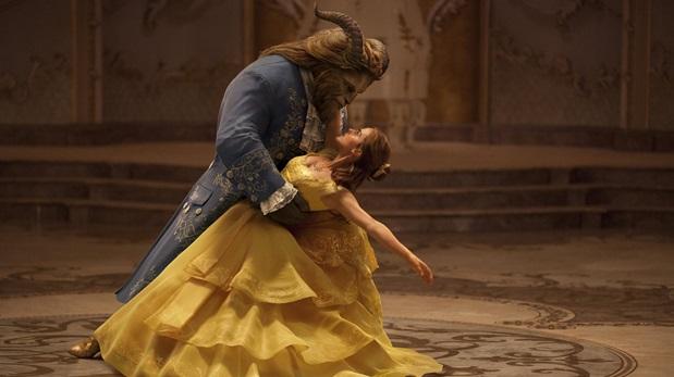 Emma Watson y Dan Stevens en  una escena de
