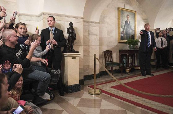 Trump sorprende a los asistentes de una visita a la Casa Blanca