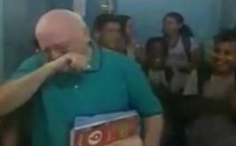 La emocionante ovación a profesor que se retira tras 31 años