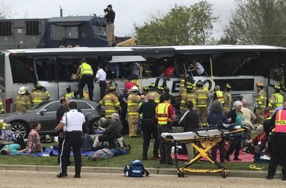 Tren choca a bus que se quedó atascado en la vía férrea