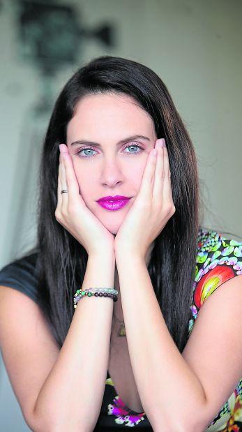 La actriz Emilia Drago desarrolla su primer libro de autoayuda.