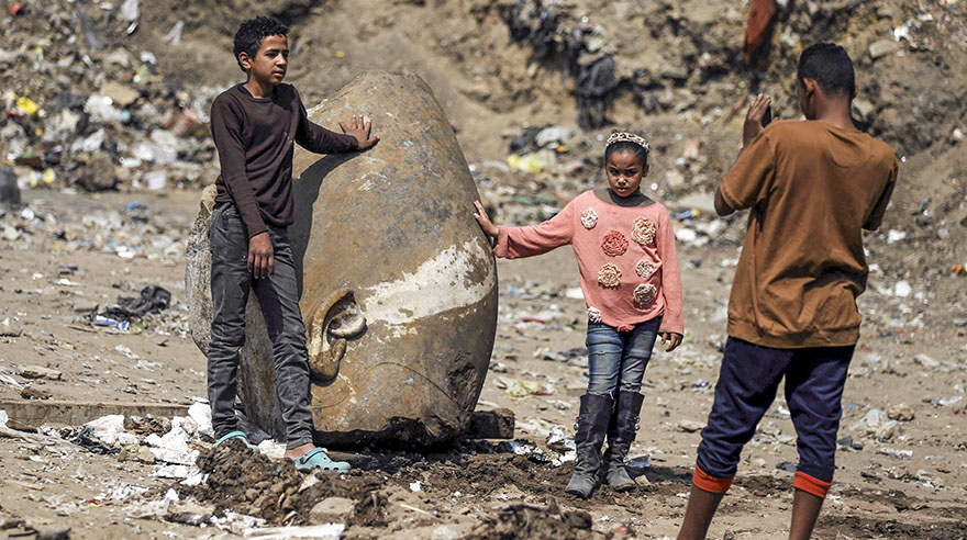 Encuentran en El Cairo colosal estatua del faraón más célebre