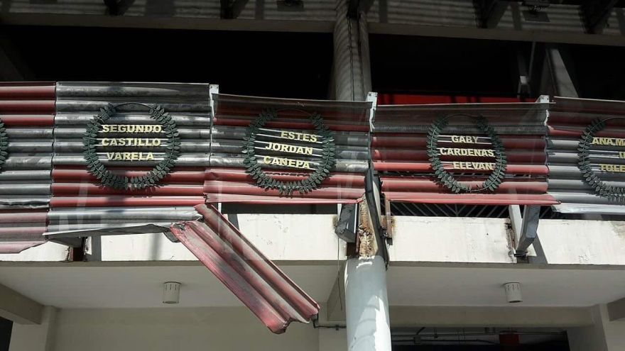Bus de la empresa Tepsa chocó con parte de la estructura inferior del Estadio Nacional y dañó laureles y soportes de seguridad.