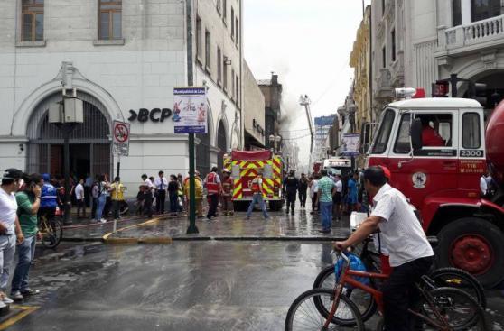 Jr. de la Unión: bomberos sofocaron incendio en casona [FOTOS]