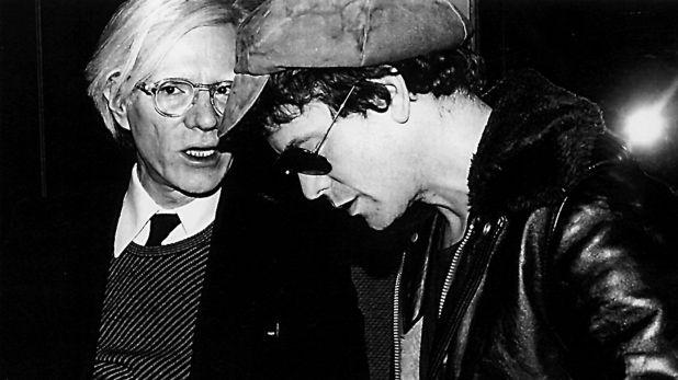 Nueva York, 1977. Andy Warhol y Lou Reed en el club nocturno Studio 54.  El artista fue quien produjo y financió el primer disco de los Velvet. (Getty Images)