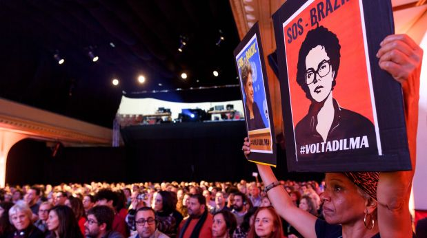 Durante la exposición de Rousseff, manifestantes le expresaron su respaldo y exigieron la salida de Temer (Foto: AFP)