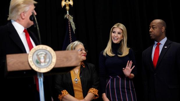 Ivanka Trump junto a su padre, Donald Trump. (Foto: Reuters)